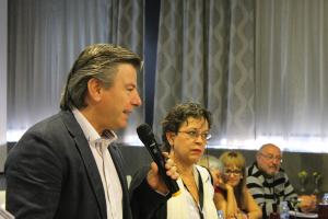 Joan Ruscadella recibe el premio por 'Ave Fénix'
